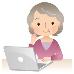 パソコンを使う女性 高齢者