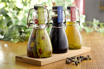 Diverse Würz Öle und Balsamico Essig in dekorativen Fläschche