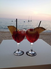 cocktail en la playa al atardecer