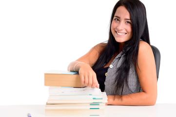 Lächelnde Studentin mit Lehrbüchern