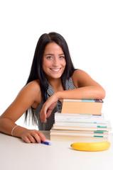 Dunkelhaarige Studentin lehnt auf Stapel Bücher