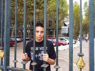Jeune derrière les barreaux