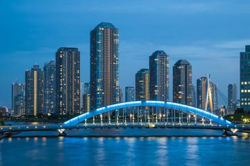 永代橋と高層マンション