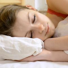 Jugendliche schläft in Bett