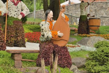 Композиция в национальном стиле из цветов в парке