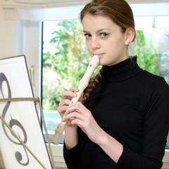 Teenager spielt Flöte nach Noten