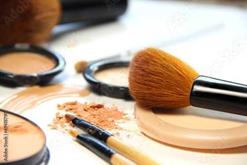 Broken powder, foundation and brushes - 69418790