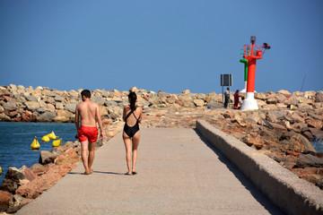 pareja caminando por un muelle