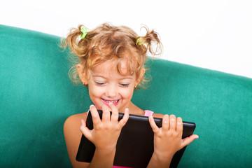 Bambina di 5 anni con tablet
