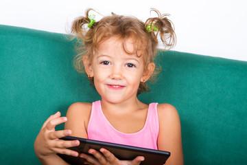 Bambina sorridente con tablet