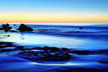 Dämmerung am ruhigen blauen Meer
