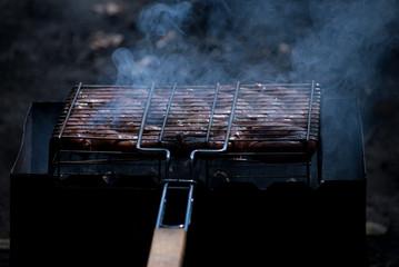Решётка для гриля с жарящимся мясом
