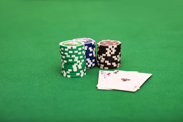 Jetons gestapelt und Spielkarten