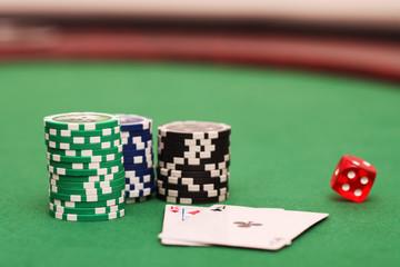 Jetons,Spielkarten und roter Spielwürfel