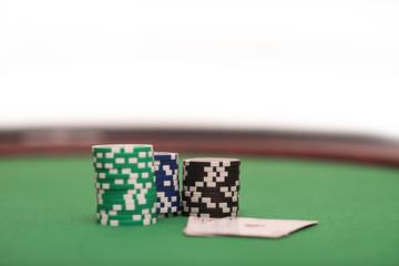 Jetons und Spielkarten auf dem tisch