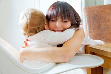 Baby und Mutter umarmen sich