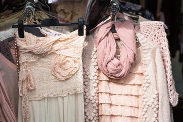 Kleider auf Flohmarkt