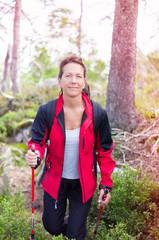 Sportliche Frau beim Wandern in der Wildnis