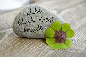 Stein mit Klee und Liebe, Glück, Kraft und Freude