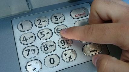 Pinnummer eingeben Geldautomat