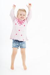 Mädchen hüpft vor Freude