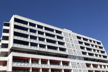 Fassade eines modernen Mehrfamilienhaus in Westerland auf Sylt,