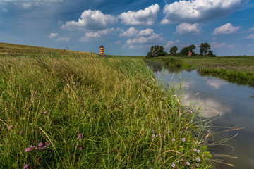 Ostfriesische Landschaft mit dem Pilsumer Leuchtturm