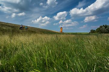 Radtour am Deich im Sommer - Leuchtturm Pilsum