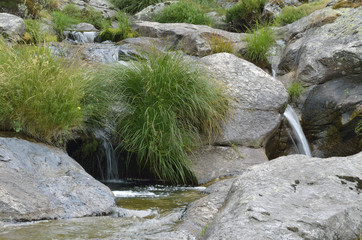 Paisaje de una sucesión de pequeñas cascadas a través de rocas