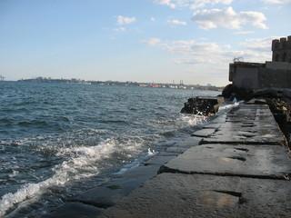 Волны разбиваются о морской причал