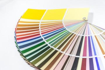 Farbfächer mit weißem Hintergrund