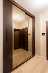 Sliding-door mirror wardrobe