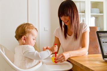 Mutter mit Kind beim Füttern