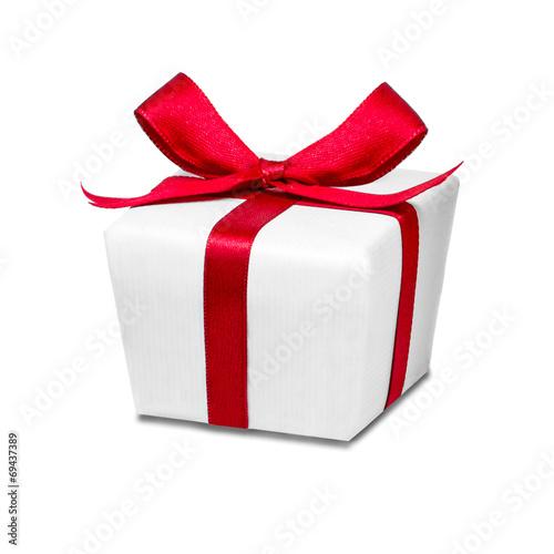 canvas print picture Geschenk mit roter Schleife vor weißem Hintergrund