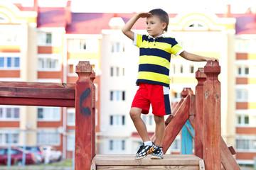 Мальчик смотрит вдаль на улице днем