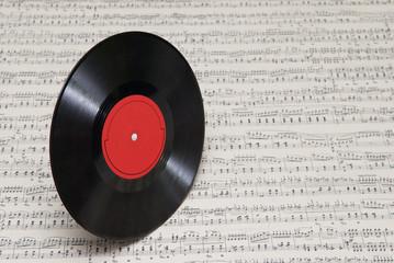 Пластинка на фоне нот