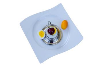 Frühstücksei mit Kirsche