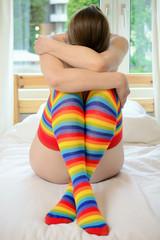 Frau trägt lange bunte Strümpfe