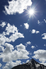 Sonnenhimmel mit Wolken