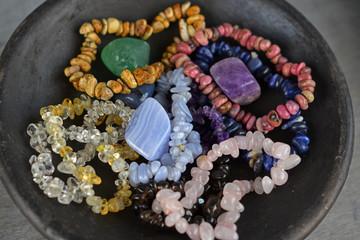 Armbanden van kristallen en edelstenen voor een helende werking