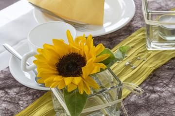 Tischgedeck mit Sonnenblume