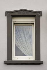 Modernisiertes Fenster mit Fenstereinfassung aus Sandstein