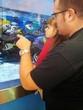 papá e bambina che guardano i pesci