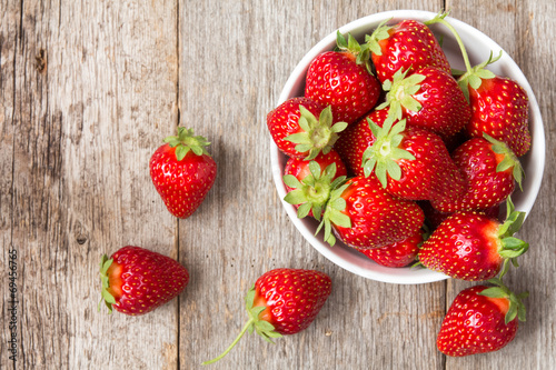 Staande foto Vruchten Red strawberry in a bowl