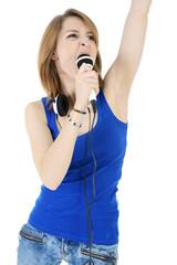 Teenager singt in Mikrofon