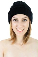 Teenager trägt Beanie als Mütze