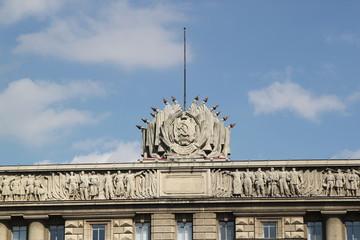 Советская символика на крыше здания