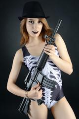 Teenager zu Halloween posiert mit Gewehr