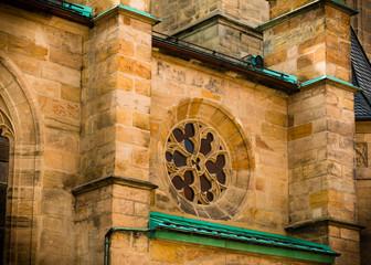 Gotische Kirche mit Sandstein Fassade