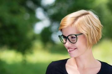 junge lächelnde frau mit grüner brille